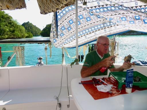 Reparatur Dinghymotor beim Blauwassersegeln