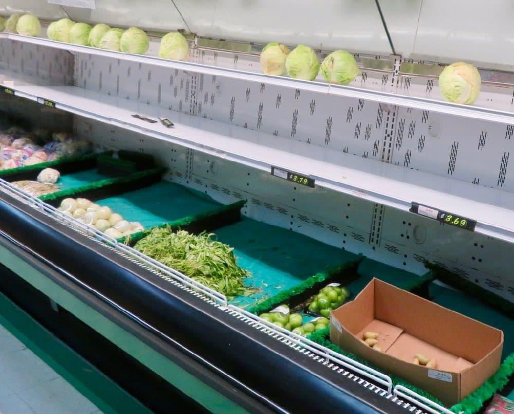 Traurige Reste im Gemüseregal im Supermarkt in Majuro, Marschall Inseln