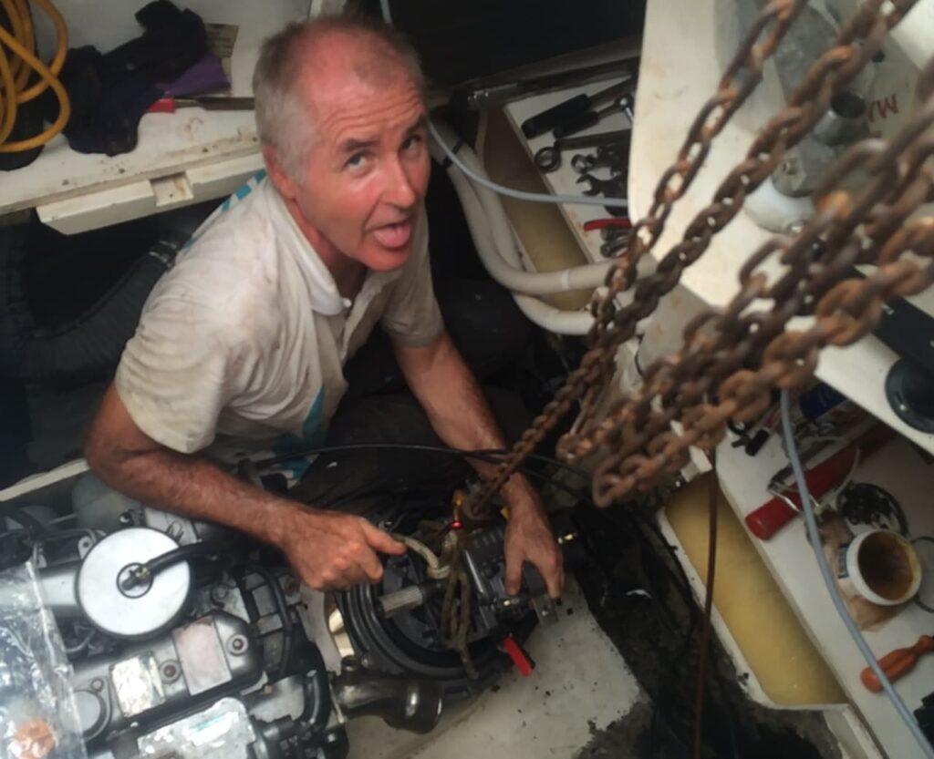 Reto sitzt im Motorenraum und schwitzt