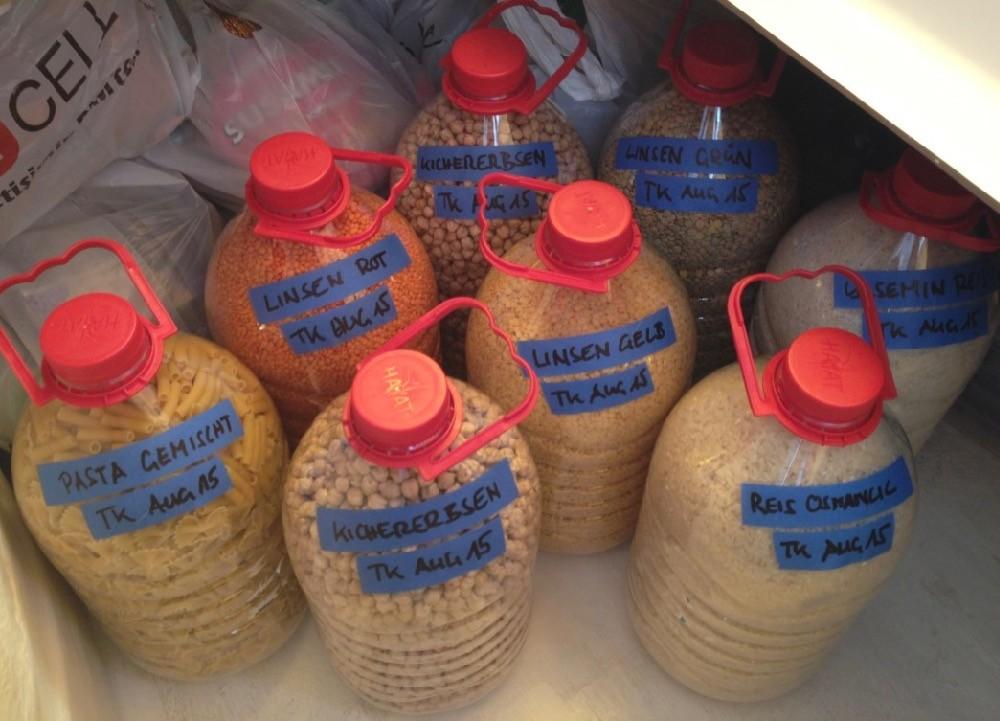 Haltbarkeittrockene Lebensmittel - hier Kichererbsen, Linsen, Nudeln