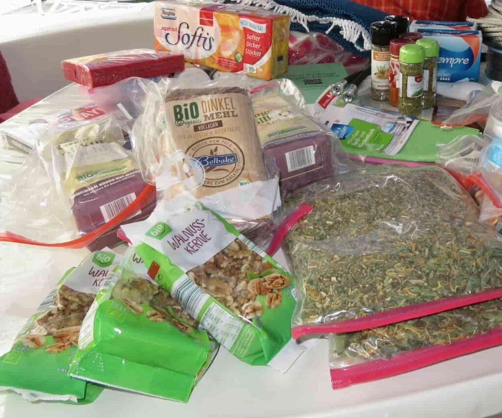 Verproviantierung Vorrat haltbarer Lebensmittel hier durch Nachschub von Gästen